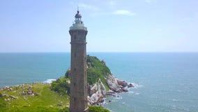 Seeleuchtturm auf felsigem Ufer im Meer auf blauer Skylinelandschaft Brummenansichtleuchtturm auf grüner Insel im blauen Ozean stock video