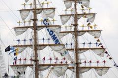 Seeleute auf dem Mast während Segels 2015 lizenzfreie stockfotos