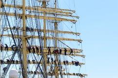Seeleute auf der Takelung eines Großseglers lizenzfreie stockbilder