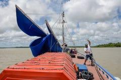 Seeleute auf einem alten Segelboot im Sao Luis auf Brasilien lizenzfreie stockbilder