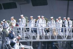 Seeleute, die Lieferung ausschiffen stockbilder