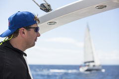 Seeleute nehmen an der Segelnregatta 11. Ellada 2014 unter griechischer Inselgruppe im Ägäischen Meer teil Lizenzfreies Stockbild