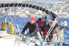 Seeleute nehmen an der Segelnregatta 11. Ellada 2014 unter griechischer Inselgruppe im Ägäischen Meer teil Lizenzfreie Stockfotografie