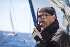 Seeleute nehmen an der Segelnregatta 11. Ellada 2014 unter griechischer Inselgruppe im Ägäischen Meer teil Stockfotografie