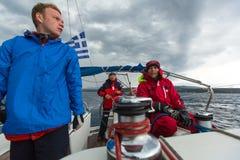 Seeleute nehmen an der Segelnregatta 12. Ellada Autumn-2014 auf Ägäischem Meer teil Stockbild