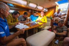Seeleute nehmen an der Segelnregatta 12. Ellada Autumn-2014 auf Ägäischem Meer teil Stockbilder