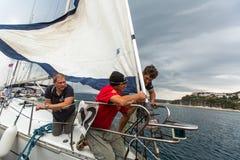 Seeleute nehmen an der Segelnregatta 12. Ellada Autumn-2014 auf Ägäischem Meer teil Lizenzfreies Stockbild