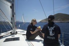 Seeleute nehmen an der Segelnregatta 11. Ellada 2014 teil Lizenzfreie Stockfotos