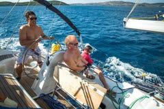 Seeleute nehmen an der Segelnregatta teil Lizenzfreies Stockfoto