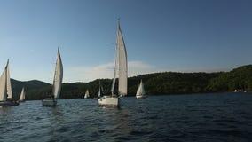 Seeleute nehmen an Segelnregatta 20. Ellada-Herbst 2018 unter griechischer Inselgruppe im Ägäischen Meer teil stock footage