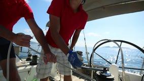 Seeleute nehmen an Segelnregatta 20. Ellada-Herbst 2018 unter griechischer Inselgruppe im Ägäischen Meer teil stock video footage