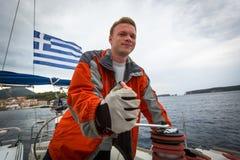 Seeleute nehmen an Segelnregatta 12. Ellada-Herbst 2014 unter griechischer Inselgruppe im Ägäischen Meer teil Lizenzfreie Stockfotos