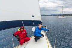 Seeleute nehmen an Segelnregatta 12. Ellada-Herbst 2014 unter griechischer Inselgruppe im Ägäischen Meer teil Stockfoto
