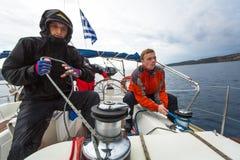 Seeleute nehmen an Segelnregatta 12. Ellada-Herbst 2014 unter griechischer Inselgruppe im Ägäischen Meer teil Lizenzfreie Stockfotografie
