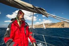 Seeleute nehmen an Segelnregatta 12. Ellada-Herbst 2014 unter griechischer Inselgruppe im Ägäischen Meer teil Stockbilder