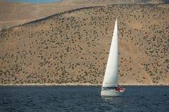 Seeleute nehmen an Segelnregatta 12. Ellada-Herbst 2014 unter griechischer Inselgruppe im Ägäischen Meer teil Stockbild