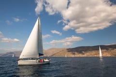 Seeleute nehmen an Segelnregatta 12. Ellada-Herbst 2014 unter griechischer Inselgruppe im Ägäischen Meer teil Stockfotografie