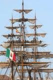 Seeleute, welche die Segel aufklappen Stockfotos