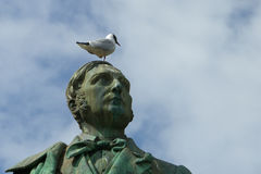 Seemöwe auf dem Kopf von sculptur Stockfotografie
