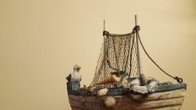 Seemöwe, die auf dem Boot sitzt lizenzfreie stockbilder