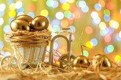 Seemöwe, die auf einem Flussrand steht Goldene Eier in einem Fahrradwarenkorb ei Fröhliche Ostern Stockbild