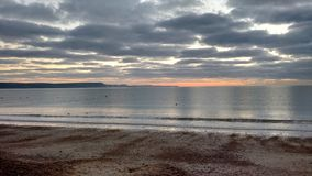 Seemöwen auf dem Meer bei Sonnenaufgang Stockbild