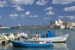Seemöwen fliegen auf den Hafen Stockfotos