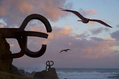 Seemöwen und ` Skulptur ` Peine Del Viento in San Sebastián Stockfotos