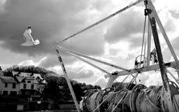 Seemöwenfliegen weg von einem Fischerboot stockbilder