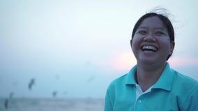 Seemöwenstellung am konkreten Zaun andere gerade, die herum am Hafen fliegen Frieden Glückliche asiatische Dame, die heraus laute stock video footage