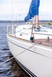 Seemann auf einer modernen Yacht Stockbilder