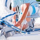 Seemann auf einer modernen Yacht Lizenzfreie Stockfotos