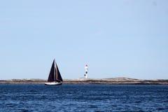 Seemann, der einen Meloeys-Leuchtturm gegenüberstellt Lizenzfreie Stockfotografie