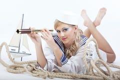 Seemann-Mädchen mit Teleskop Lizenzfreies Stockfoto