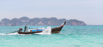 Seemann Steering ein Boot Stockbilder
