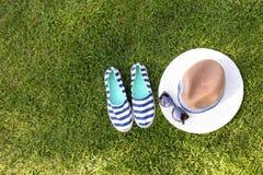 Seemannartmode-accessoires auf Gras mit Kopienraum Lizenzfreie Stockfotografie