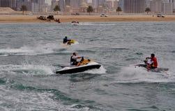 Seemotorboote, die in das Wasser tanzen Stockfotografie