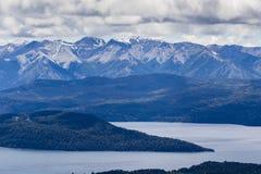 Seen, Berge, Wald und Schnee Stockbilder