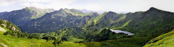 Seen und Grün im Berg Lizenzfreie Stockfotos