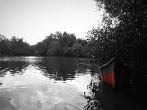 Seen und rotes Boot Stockbild