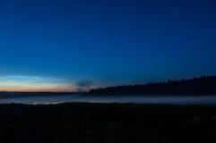 Seenebelnachtsternhimmel Stockbild