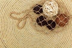 Seenetzlüge auf dem Hintergrund gemacht vom Seil Lizenzfreie Stockfotos