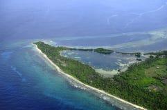 Seenu Hithadhoo Fresh Water Lake förband till det salta havet i Maldiverna royaltyfria bilder