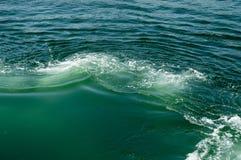 Seeoberfläche mit Wellen Stockfoto
