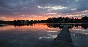 Seeon escénico y paseo marítimo de madera, cielo del lago de la puesta del sol de la puesta del sol Fotografía de archivo libre de regalías