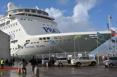 Seepassagiere, die ein Kreuzschiff verschalen Stockfoto