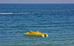 Seepedalboot über blauem Wasser Stockfotos