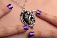 Seepferdchenhalsketten-Purpurnägel Stockfoto