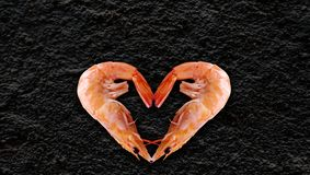 Seeprodukte, Herz formten Garnele, schwarzen Hintergrund an zurück zu, Ihren Artikel zu schreiben lizenzfreies stockbild