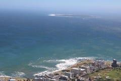 Seepunkt, Cape Town, Südafrika mit Robben-Insel im Hintergrund Lizenzfreies Stockbild
